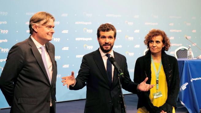 Casado (c) junto a Antonio Lopez-Isturiz y Dolors Montserrat, en el congreso del PPE.