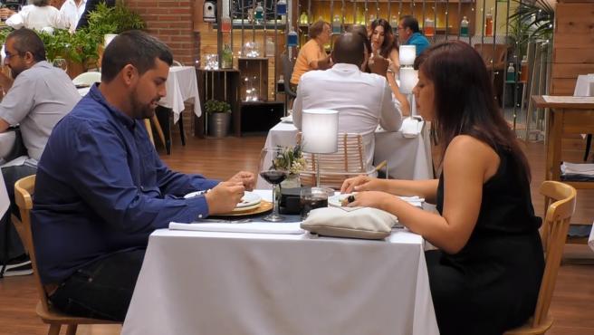 Javier y Emilia durante su cena en 'First dates'.