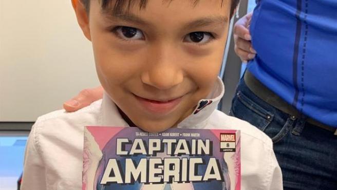 El niño hondureño Iker Velázquez, conocido como 'Capitán América', en Chicago (EE UU).