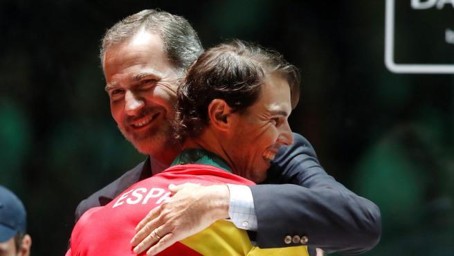 El rey de España, Felipe VI, abraza al rey del tenis, Rafa Nadal, en Madrid.