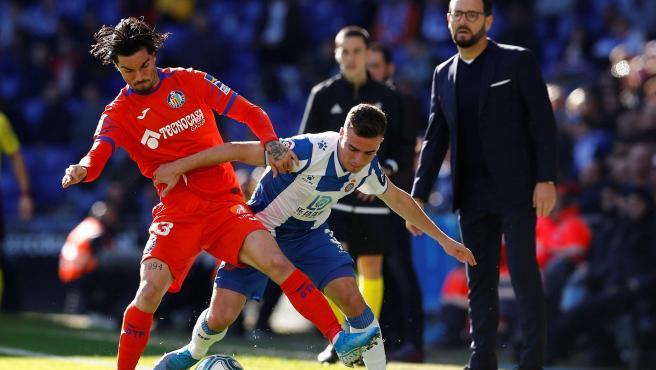 Adrià Pedrosa y Remesegueiro pugnan por un balón en el Espanyol - Getafe.