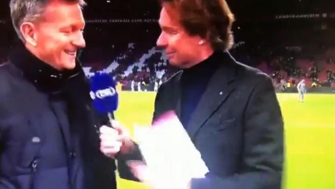 Van Basten y un periodista tras un partido de la liga holandesa.
