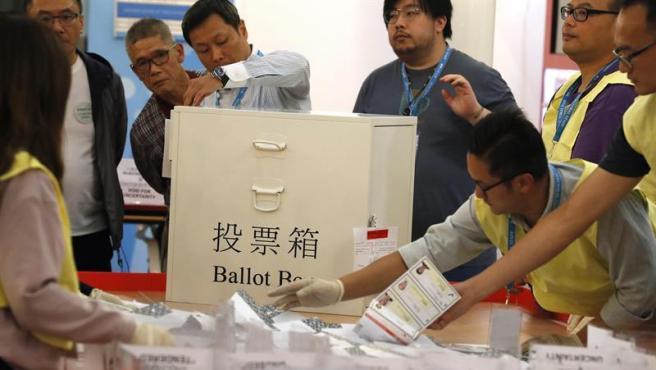 Recuento de votos en Hong Kong tras las elecciones locales.
