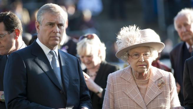 La reina Isabel II y su hijo, el príncipe Andrés.