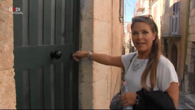 Carla Solari junto a la puerta de su nueva vivienda en el pueblo de Mussomeli.