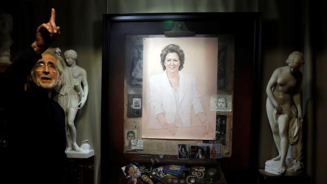 Luis Massoni junto al retrato de Rita Barberá.