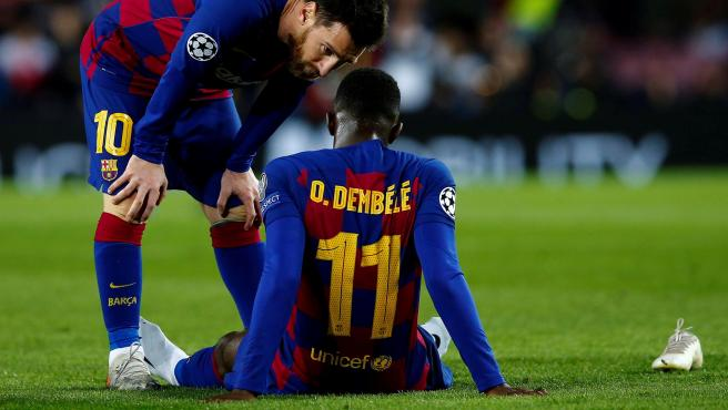 Dembéle es consolado por Messi tras lesionarse contra el Dortmund.