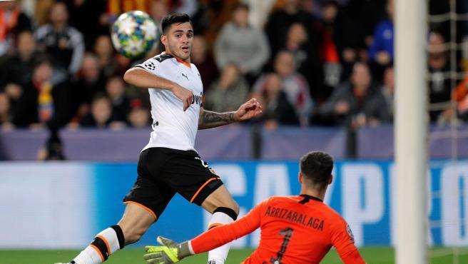 Maxi Gómez, ante Kepa Arrizabalaga en el Valencia-Chelsea.