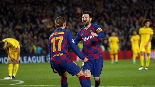 Messi y Griezmann celebran el tanto del francés contra el Dormtund.