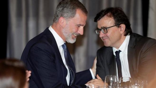El rey Felipe VI saluda al periodista y escritor Javier Cercas, durante la gala de entrega del XXXVI Premio de Periodismo 'Francisco Cerecedo', celebrada en el Hotel Palace, en Madrid.