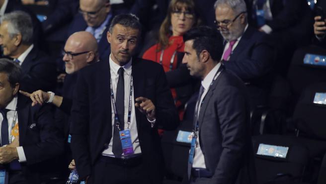 Luis Enrique saluda a Figo durante el sorteo de la Euro 2020