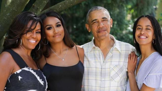 Michelle y Barack Obama, acompañados por sus hijas Sasha (izquierda) y Malia, durante la graduación de la primera.