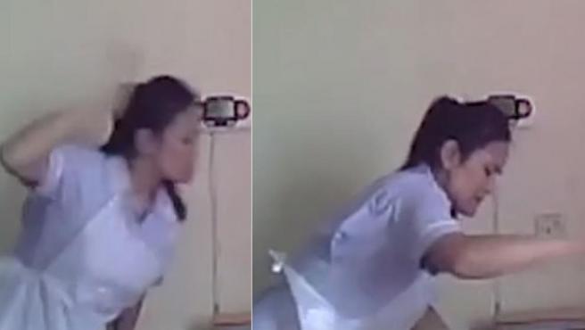 Una de las cuidadoras de la residencia golpeando a la anciana de 94 años.