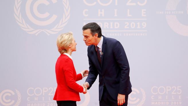 Pedro Sánchez saluda a la presidenta de la Comisión Europea, Ursula von der Leyen.