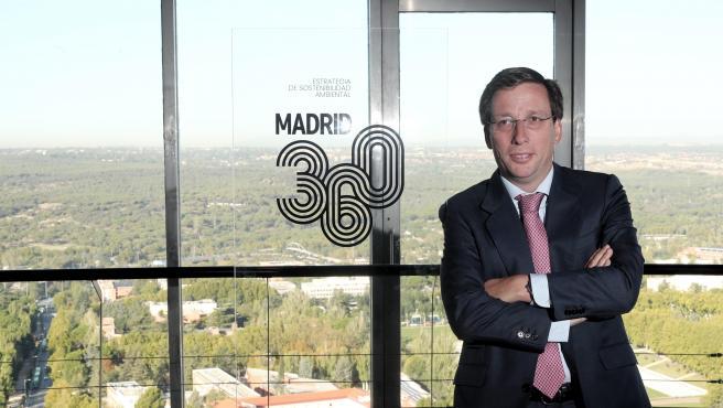El alcalde de Madrid, José Luis Martínez- Almeida, posa junto al logo del proyecto 'Madrid 360', en el evento de presentación de la estrategia del Ayuntamiento para la calidad del aire de Madrid, en Madrid (España), a 30 de septiembre de 2019.