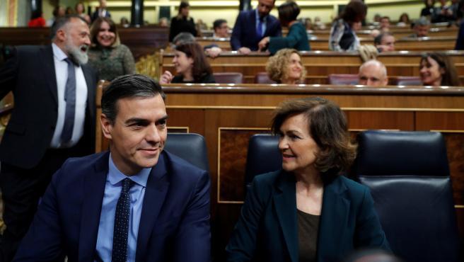 El presidente del Gobierno en funciones, Pedro Sánchez, y la vicepresidenta del Ejecutivo, Carmen Calvo, al inicio de la sesión constitutiva de la Cámara Baja.