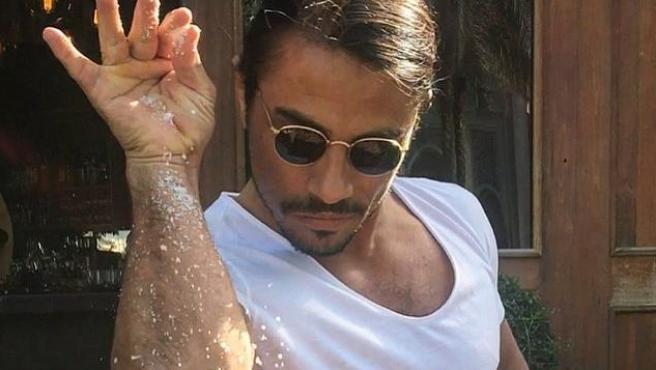 Nusr-Et, más conocido como Salt Bae, haciendo su peculiar gesto para sazonar la carne