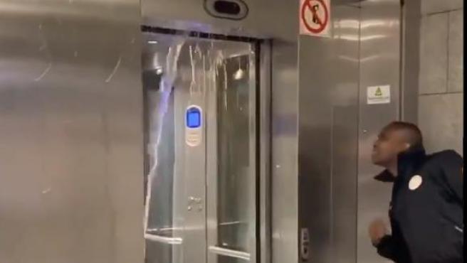 La estación de Tetuan de la L2 del metro de Barcelona, inundada por las fuertes lluvias.