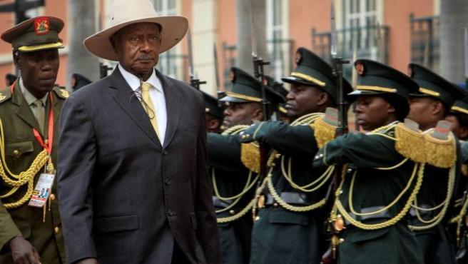 El presidente de Uganda, Yoweri Museveni, pasa revista a las tropas a su llegada a una reunión entre los jefes de Estado de Angola, Ruanda, Uganda y la República Democrática del Congo, en el Palacio Presidencial de Luanda, Angola.