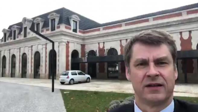Hugh Elliott frente a la estación de trenes de Burgos.