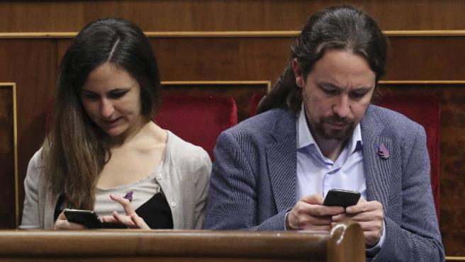 Ione Belarra y Pablo Iglesias luciendo el símbolo republicano.