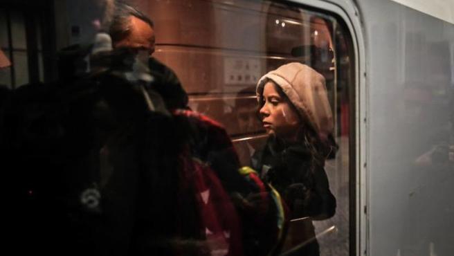 Greta Thunberg sube a un tren en Lisboa, rumbo a Madrid.