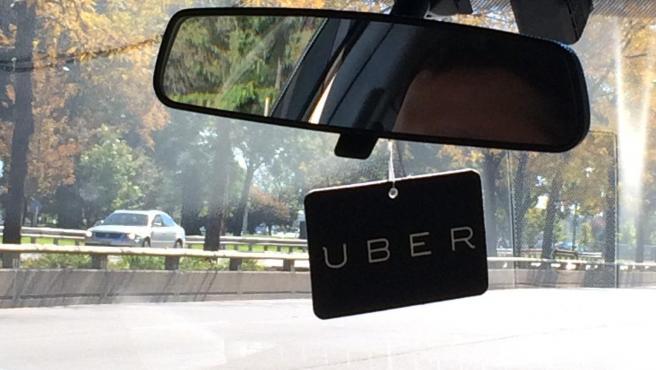 Una tarjeta con el logo de Uber en un vehículo, en una imagen de archivo.