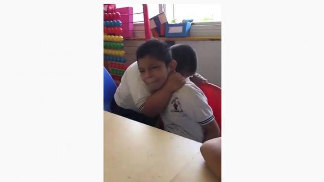 Un niño consuela a su compañero de clase.