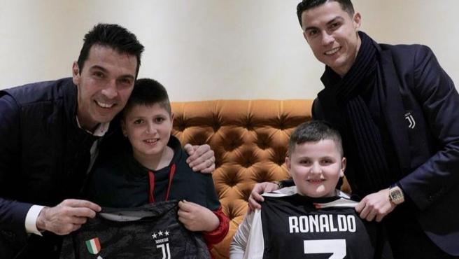 Buffon y Cristiano, con los niños albaneses que sobrevivieron a la tragedia de Thumana.
