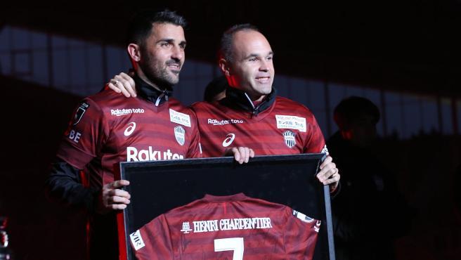 David Villa y Andrés Iniesta, en el homenaje al asturiano en su último partido.