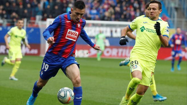 Charles y Maksimovic pugnan por un balón