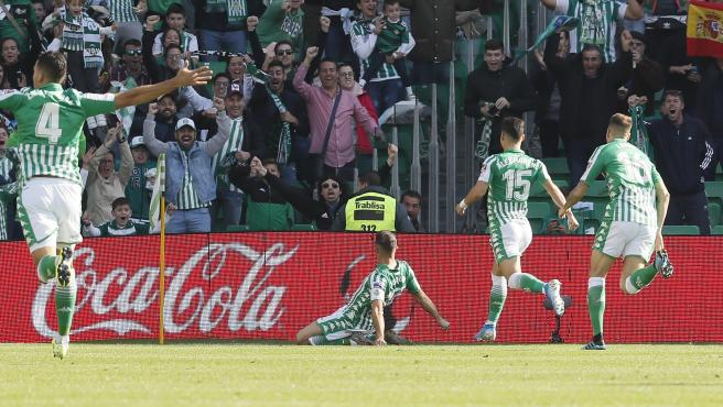 El Betis celebra un gol de Joaquín