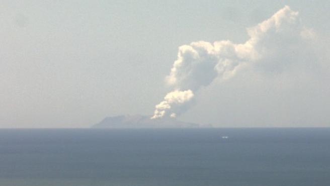 Erupción del volcán Whakaari, en la isla del mismo nombre, llamada también isla White, en Nueva Zelanda.