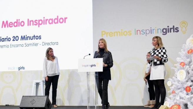 La directora de 20 Minutos, Encarna Samitier, recoge el premio a 'Medio inspirador'.