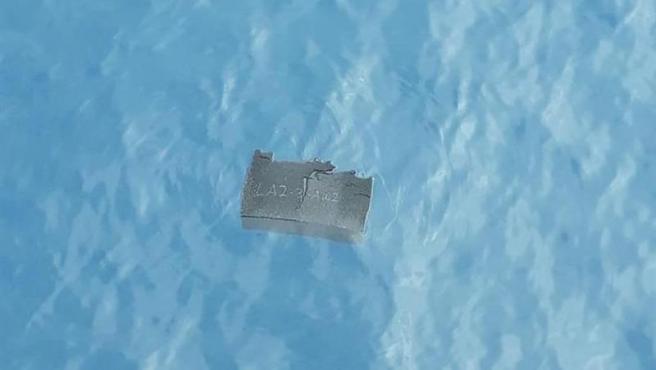 Un pedazo de espuma flotando en el mar, cerca del área donde desapareció el avión militar chileno que se dirigía a la Antártida con 38 personas a bordo.