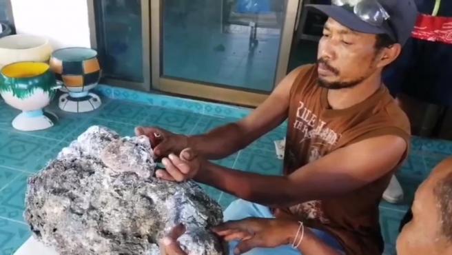 Surachet Chanchu encontró un trozo de vómito de ballena.