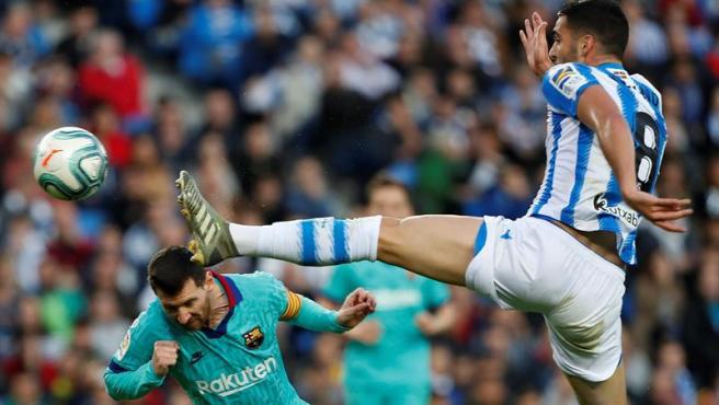 Messi y Elustondo en un lance del juego.