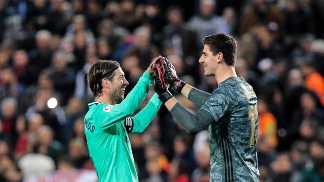 Sergio Ramos y Courtois celebran el empate del Madrid en Mestalla.