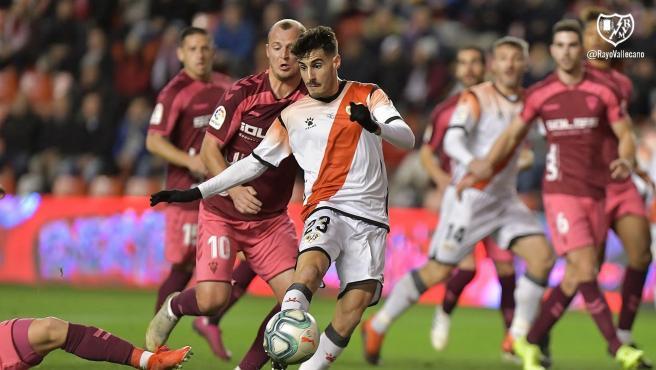 Un lance del Rayo - Albacete con Zozulya en segundo plano.
