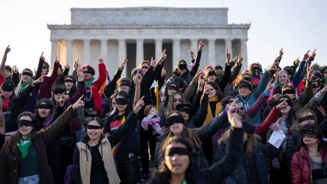 Un grupo de mujeres escenifica la 'performance' 'Un violador en tu camino' frente al Memorial de Lincoln, en Washington DC, EE UU.