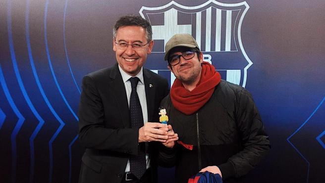 Bartomeu y AuronPlay, en el Camp Nou tras el intercambio de detalles.