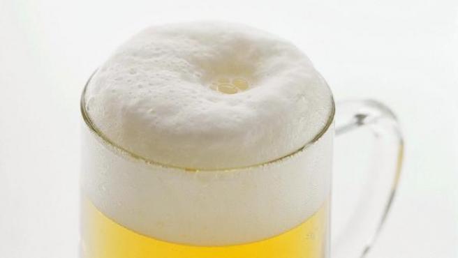 Imagen de una cerveza coronada de espuma.