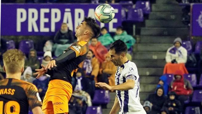 Javi Moyano, jugador del Real Valladolid, lucha un balón