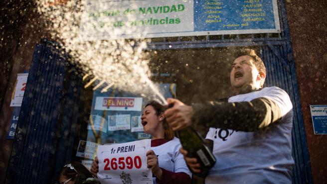 Dos loteros celebran que el décimo premiado con el Primer Premio de la Lotería de Navidad, el Gordo de la Lotería, el nº 26.590, ha sido vendido en su establecimiento, en Barcelona /Catalunya (España), a 22 de diciembre de 2019.