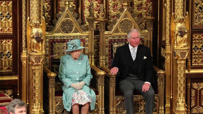 La reina Isabel II y el príncipe Carlos, el pasado jueves en Westminster.