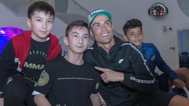 Cristiano Ronaldo y Ali Turganbekov, el niño sin piernas