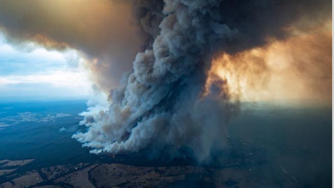 Columna de humo de uno de los incendios en Australia.