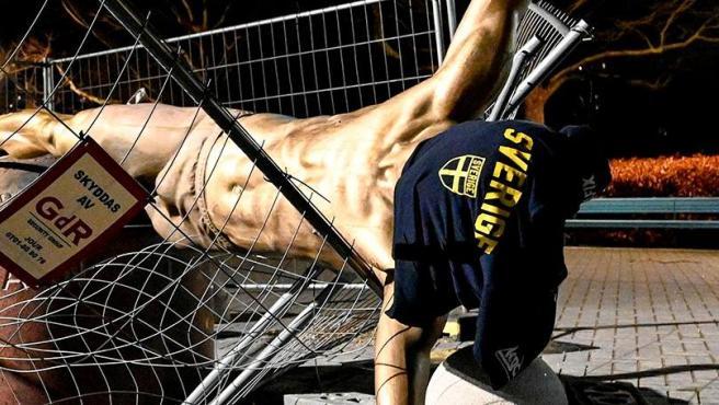 La estatua de Zlatan Ibrahimovic destrozada.