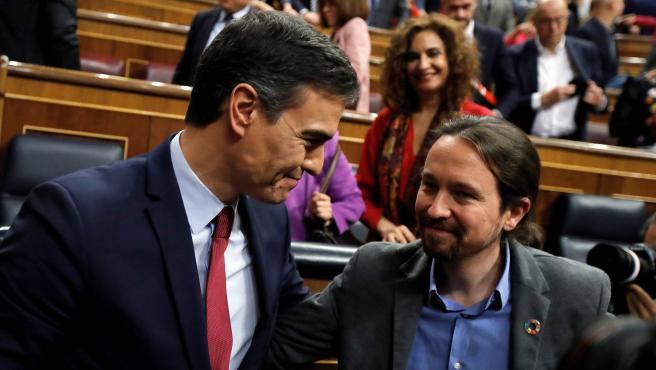 Pedro Sánchez,felicitado por Pablo Iglesias.