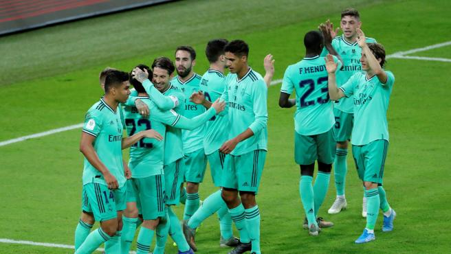 Los jugadores del Real Madrid celebran uno de sus goles al Valencia.
